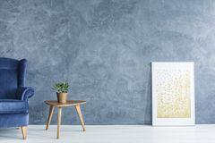Wand streichen Ideen: Graublaue Wand, davor