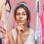 Goldgrube Kleiderschrank: Frau in mitten einer Kleiderstange