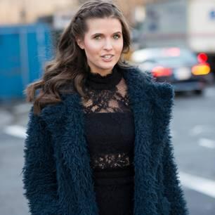 Glamour-Frisuren: Frau mt geflochtener Strähne