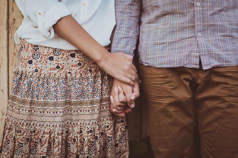 Whisper: Ein Ehepaar hält Händchen