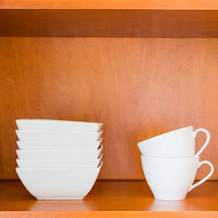 Minimalistisch leben oder Sammlungen ausbauen?: Porzellan in Regal
