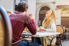 Dating-Mythen: Ein junges Pärchen beim Date