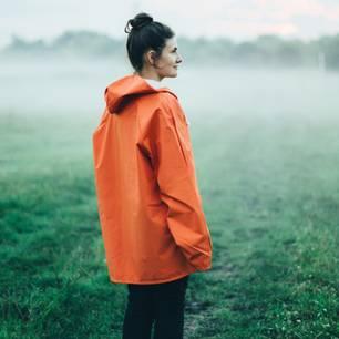 Horoskop: Eine beratungsresistente Frau auf einer nebligen Wiese