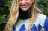 Moderne Frisuren: Frau mit Strickpullover und blonden langen Haaren