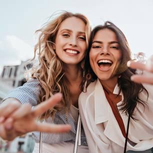 Diese 3 Sternzeichen wirken eindeutig jünger, als sie sind! Foto von zwei lächelnden Frauen