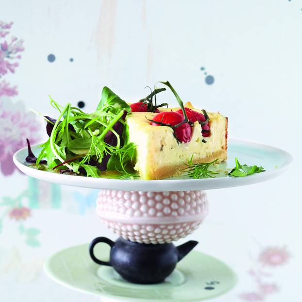 Ziegen-Cheesecake auf Kräutersalat