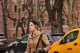 Coole Frisuren: Frau läuft über einen Zebrastreifen