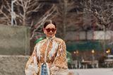 Coole Frisuren: Frau mit Sonnenbrille lächelt
