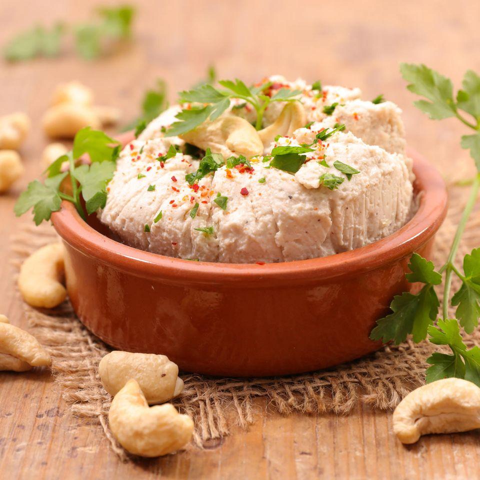 Veganer Frischkäse: Schale mit veganem Frischkäse und Cashews