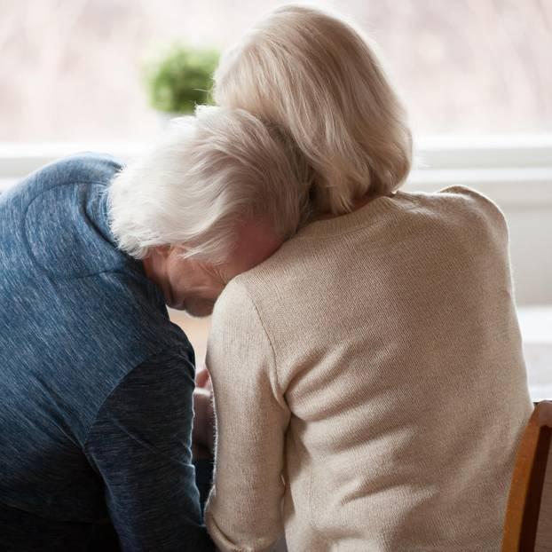 Was am Ende bleibt: Ein alter Mensch weint an der Schulter einer Frau