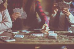 Liebeskummertipps der Redaktion: 3 Freundinnen beim Kartenspielen