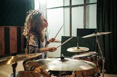 Liebeskummertipps der Redaktion: Eine Frau am Schlagzeug