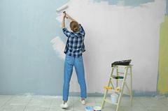 Liebeskummertipps der Redaktion: Eine Frau streicht eine Wand