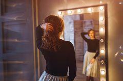 Liebeskummertipps der Redaktion: Eine Frau vor dem Spiegel