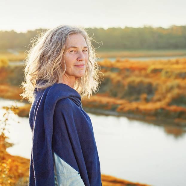Horoskop: Eine ältere Frau an einem See