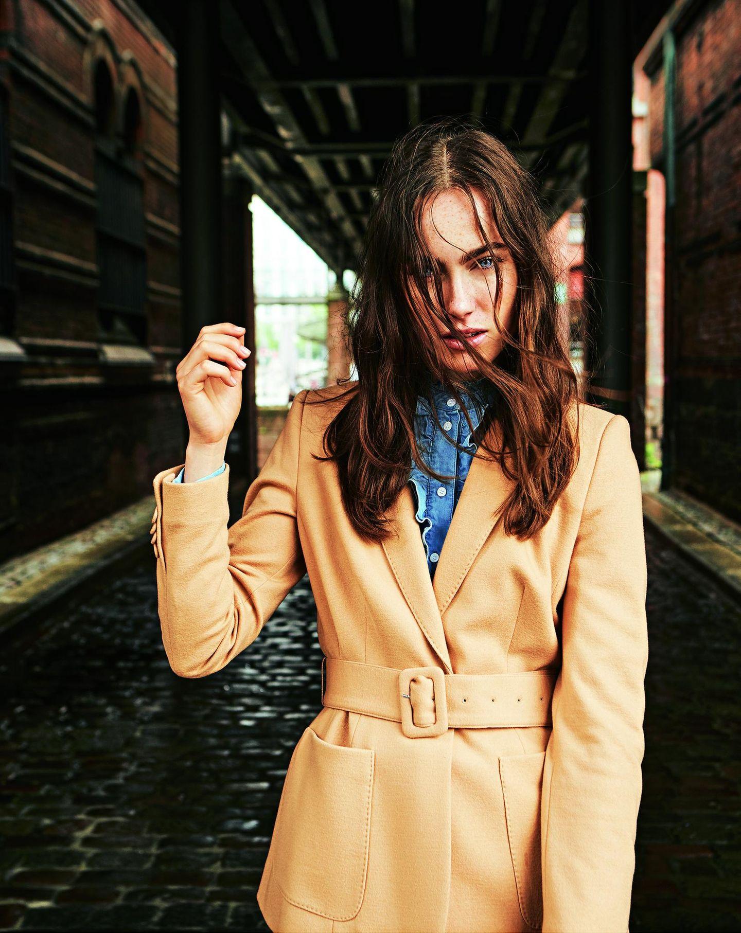 Pariser Chic - zurück zur Eleganz!: gebundener Blazer mit aufgesetzten Taschen über blauer Bluse