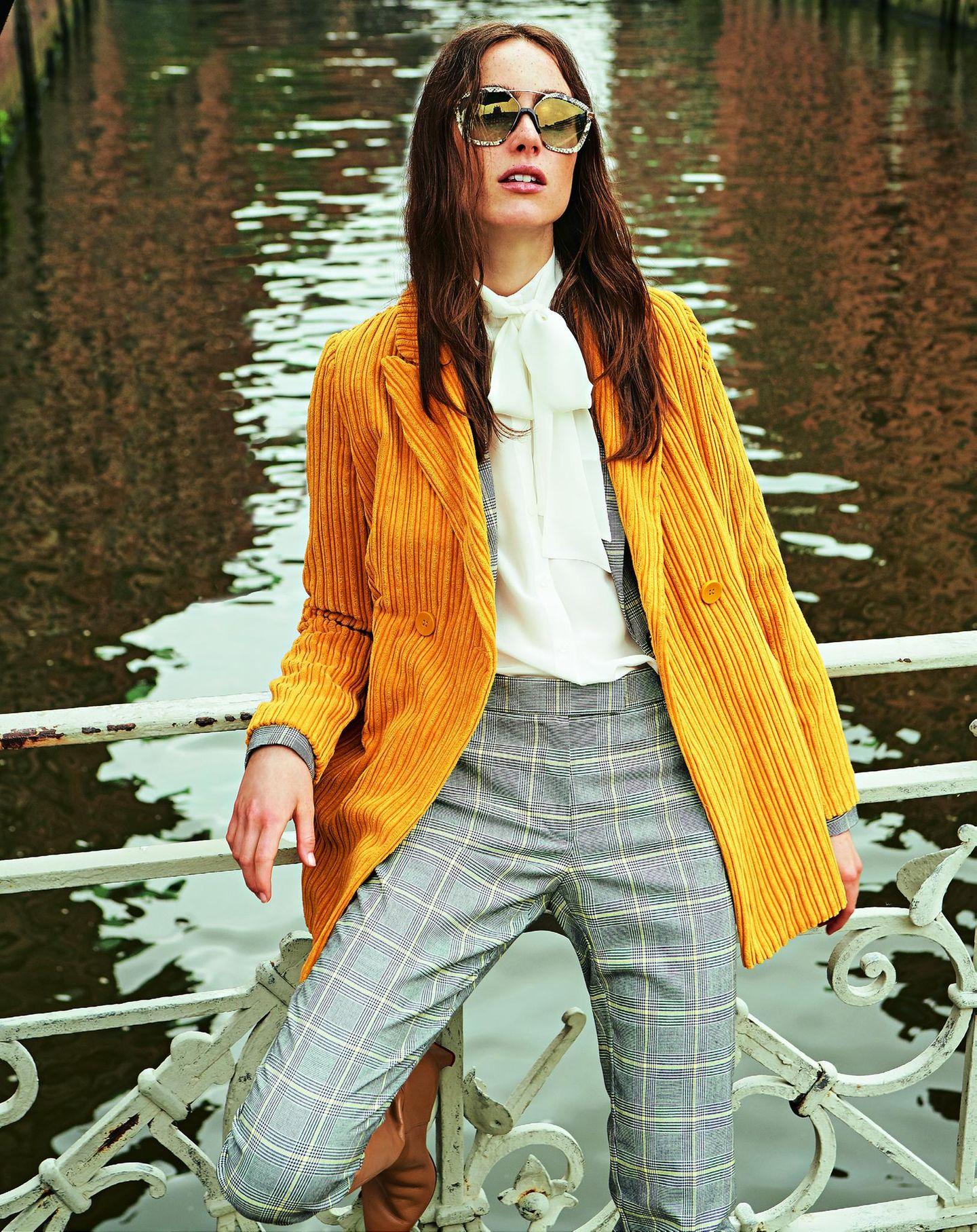 Pariser Chic - zurück zur Eleganz!: Senffarbener Cordblazer über Clencheck-Zweiteiler