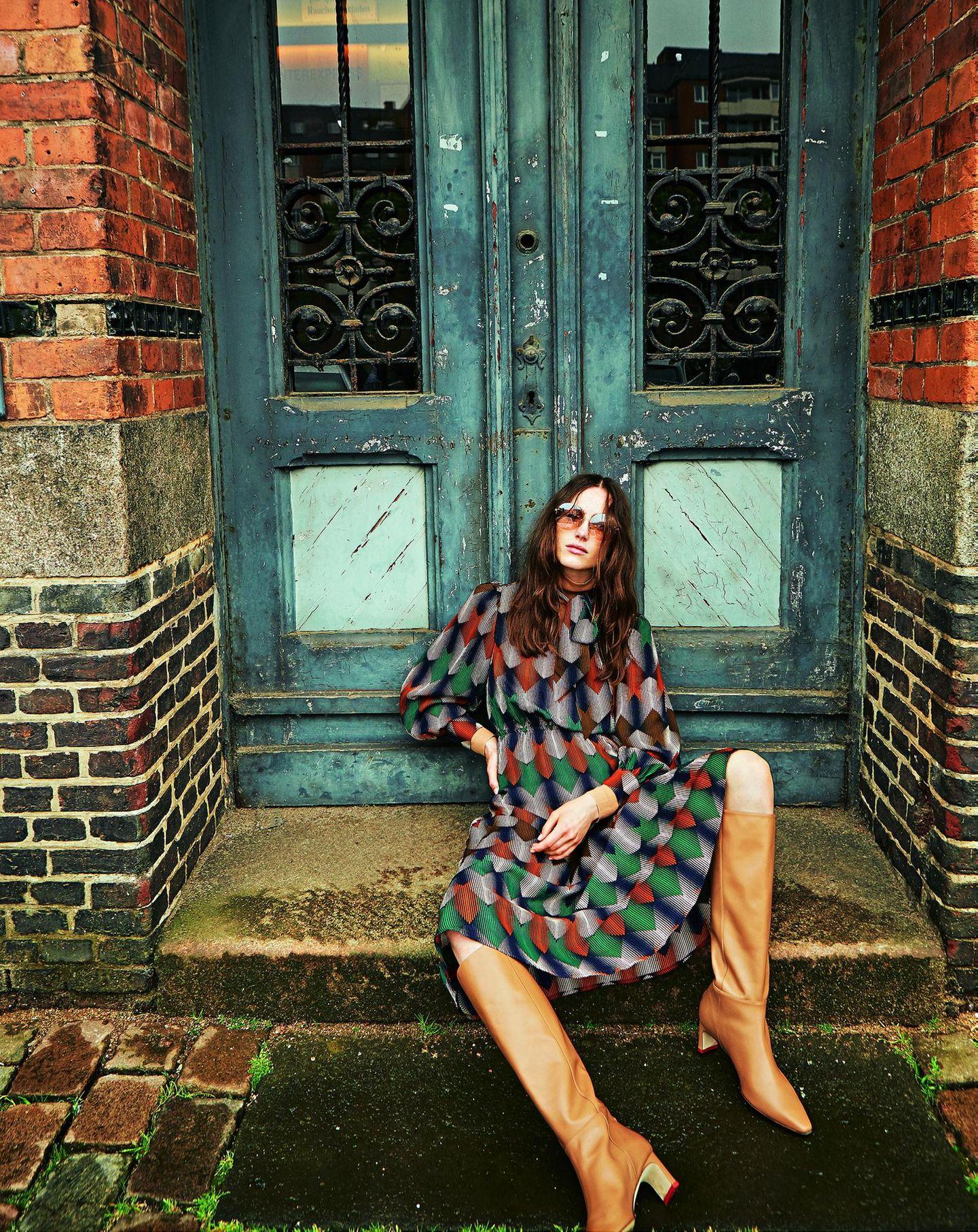 Pariser Chic - zurück zur Eleganz!: Kleid mit Print dazu Stiefel