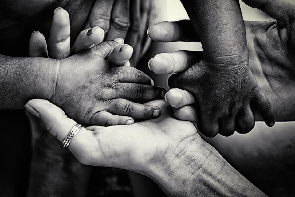 Auslandsadoption: Der Beginn eines jahrelangen Nervenkriegs: große und kleine Hände