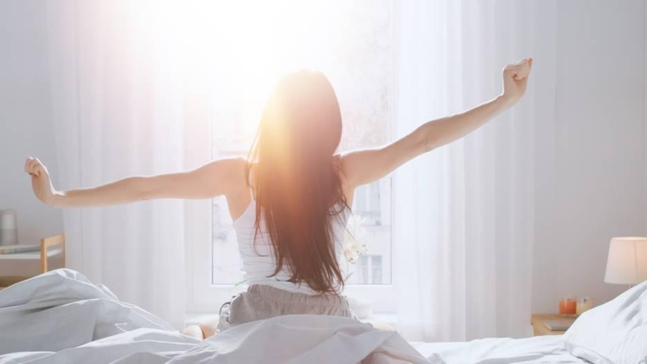 Weniger Schlaf: Frau ist gerade aufgewacht