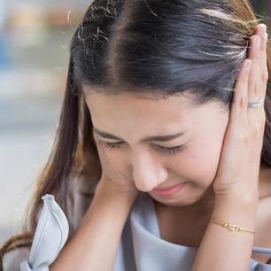 Misophonie: Frau hält sich die Ohren zu