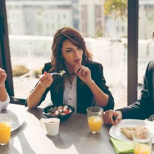 Frühstück für Berufstätige: Frau hält Müslischale in der Hand