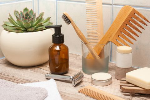 Rasierhobel: Badezimmerutensilien aus Holz und ein Rasierhobel