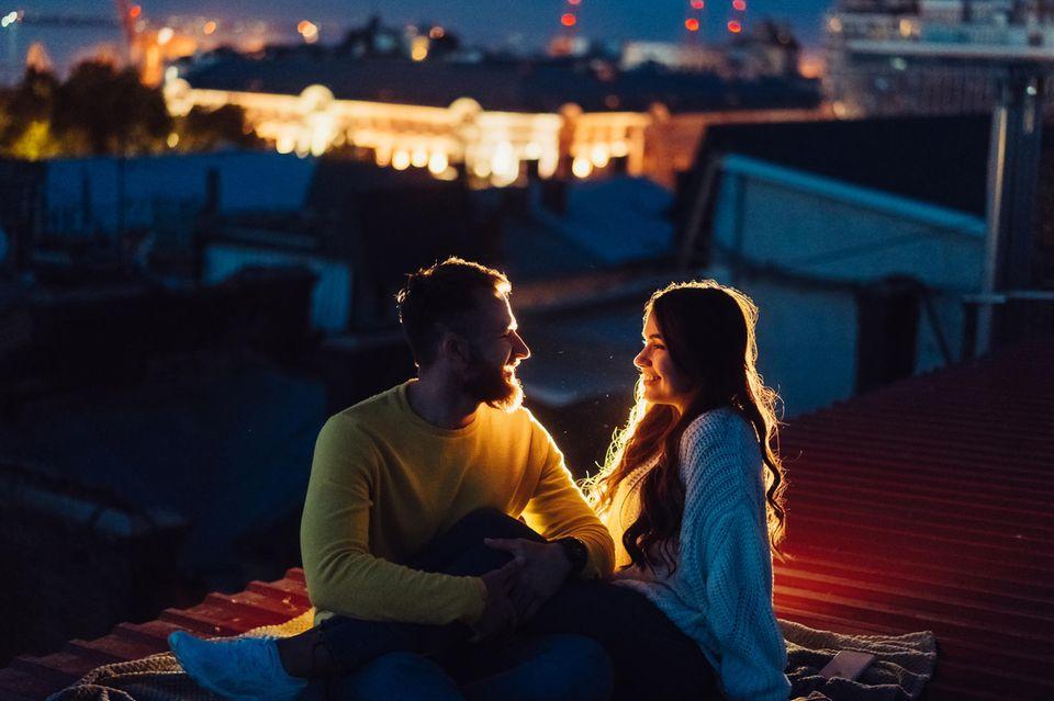 Beziehung auffrischen: Ein Pärchen bei einem romantischen Date