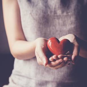 Spenden leicht gemacht: Frau hält Herz in ihren Händen