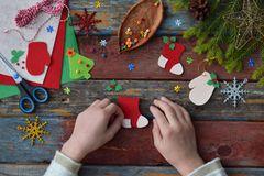 Weihnachtsbasteln mit Kindern: Kinderhände basteln mit Bastelkarton