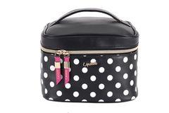 Pinsel, Puder und Lippenstift sollten stilecht von A nach B transportiert werden. Mit dieser Kosmetik-Bag klappt das garantiert. Über Parfumdreams, um35 Euro.