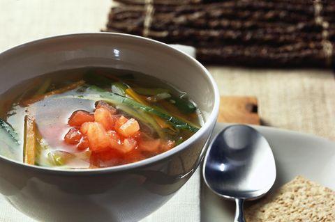 Klare Gemüsesuppe mit Ingwer und Tomatenwürfeln