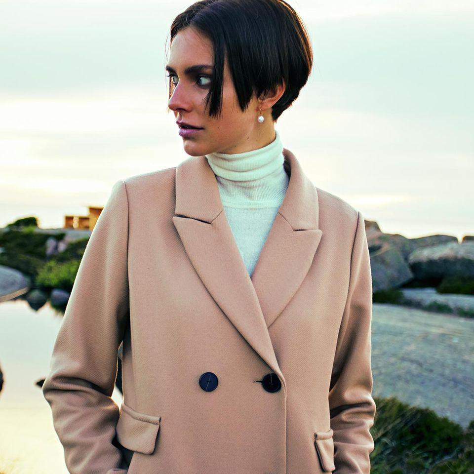 Camel Coat: Diese Modelle tragen wir 2019: Baumwollmantel über weißem Rolli