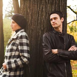 Horoskop: Ein Pärchen beim Streiten im Park