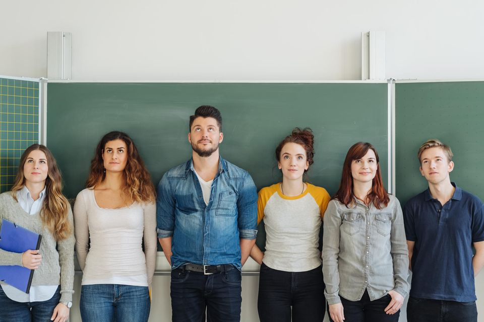 Körpergröße und Charakter: Junge Leute vor einer Schultafel