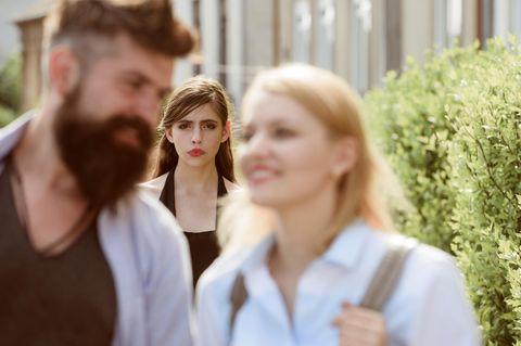 Whisper: Eine verzweifelte Frau beobachtet ein Paar
