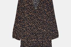 Vor Animalprints machen wir in den kalten Monaten nicht halt. Vor allem dann nicht, wenn sie so stylisch daherkommen. Von Zara, um 40 Euro.