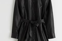 Leder ist DAS Trendmaterial dieses Winters und sieht nicht nur unfassbar cool aus, sondern hält auch mollig warm. Hemdblusenkleid von & other Stories, um 350 Euro.