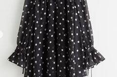 Wen es einen Print geht, der immer im Trend ist, dann sind es sicherlich die beliebten Polka Dots. Als weit schwingendes Kleid mit Trompetenärmeln und Volants bekommt das Muster jetzt ein cooles Update. Von &other Stories, um 100 Euro.
