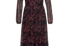 Muster, aber bitte nicht zu auffällig? Dann ist dieses Dress genau das richtige für dich. Zusätzlicher Pluspunkt: Die Maxilänge hält die Beine warm.Von Aniston über baur.de, um 55 Euro.