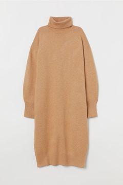 Camel gehört diesen Winter zu DEN Trendfarben. Klar, dass dieses kuschelige Strickkleid in unserem Kleiderschrank nicht fehlen darf. Von H&M, um 35 Euro.