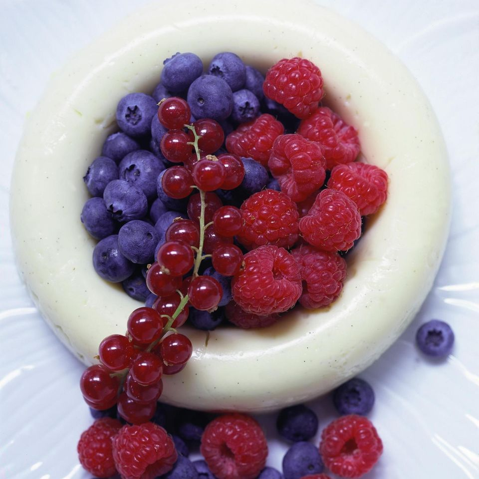 Gestürzter Vanille-Flammeri mit Früchten