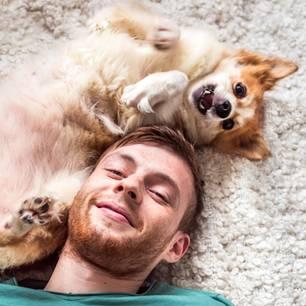 Alltagsdinge, die Männer attraktiv machen: Mann mit Hund