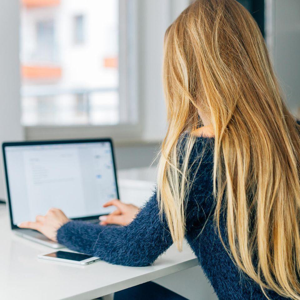 Schlusssatz in der Bewerbung: Frau schreibt am Computer
