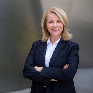 Bewerbungsfoto: Frau in Businessoutfit