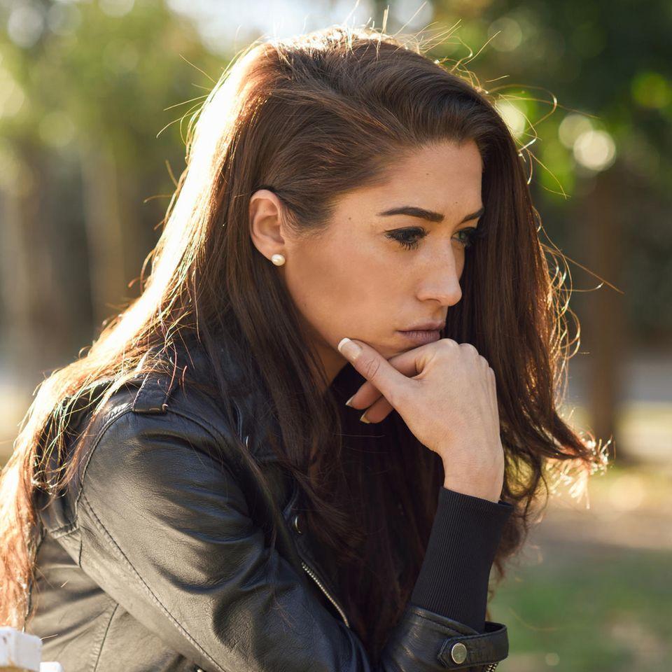 Horoskop: Eine nachdenkliche junge Frau