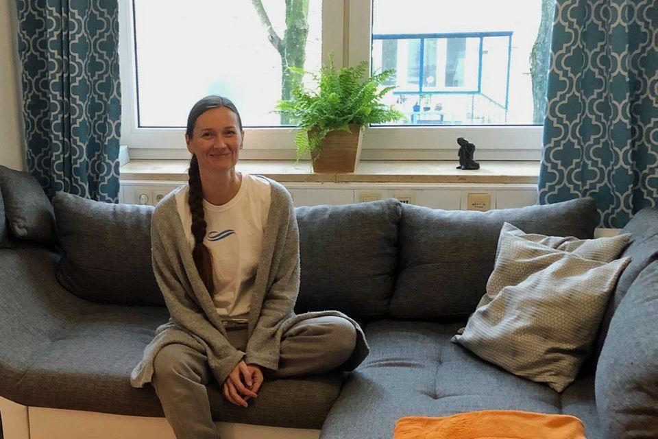 Kuscheltherapie: Kuscheltherapeutin Alexandra auf dem Sofa