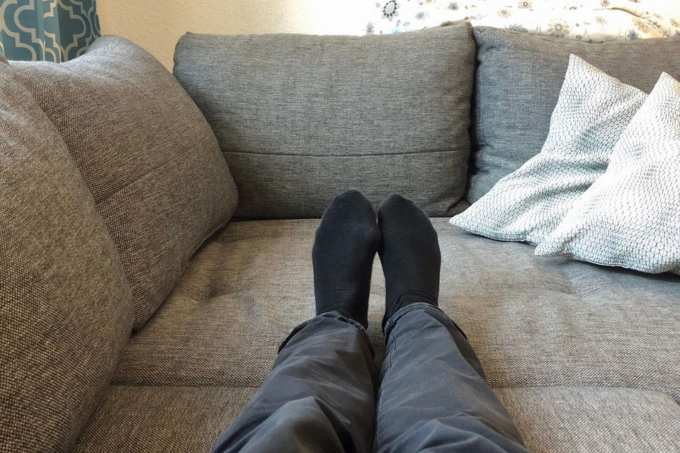Kuscheltherapie: Die ausgestreckten Beine der Autorin auf der Couch