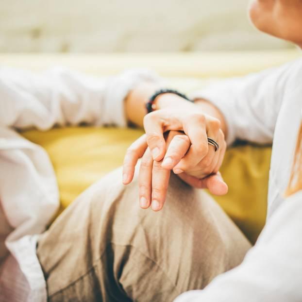 Kuscheltherapie: Zwei Frauen halten sich an den Hände