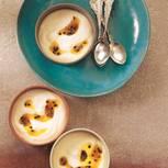 Crème-fraiche-Mousse mit Maracujasoße